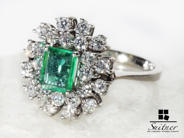 wertvoller 1,50ct. Entourage Smaragd Ring aus Weißgold mit Brillanten