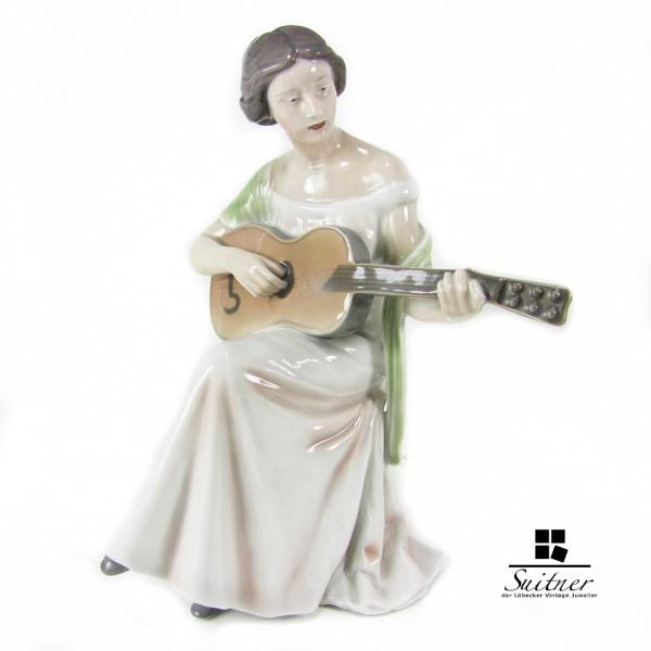Sitzende Gitarrenspielerin Bing Gröndahl B&G Irmgard Plockross1684