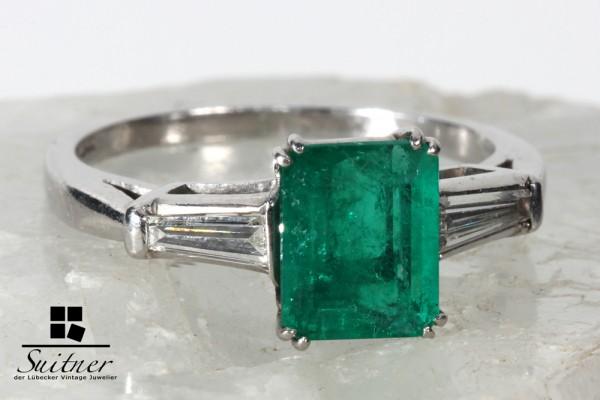 wertvoller 2,00ct. Art Deco Smaragd Ring aus Platin mit Trapez Diamanten / Brillanten