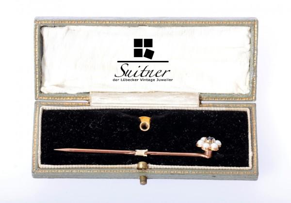 Schöne Belle-Epoque-Kravattennadel und Knopflochdekoration aus Gelbgold mit Perlen und Saphir im Etu