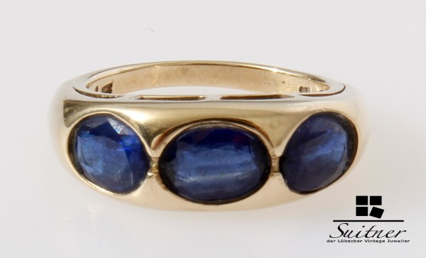 klassischer Bandring aus Gold mit 3 großen blauen Saphiren